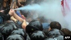 Застосування сльозогінного газу під час мітингу біля Верховної Ради 5 червня 2012 року
