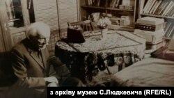 Станіслав Людкевич у своєму домі