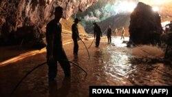 Pamje nga operacioni i shpëtimit në shpellën në Tajlandë.