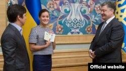 Мария Гайдардың (ортада) Украина президенті Петр Порошенкодан Украина паспортын алып тұрған сәті. Киев, 4 тамыз 2015 жыл.