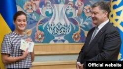 Maria Gaidar pasi e mori pasaportën ukrainase nga presidenti Petro Poroshenko