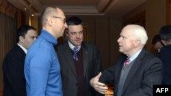 Senator John McCain (sağda) Ukrayna müxalifətinin lideri Arseniy Yatsenyuk-la görüşür, 14 dekabr 2013