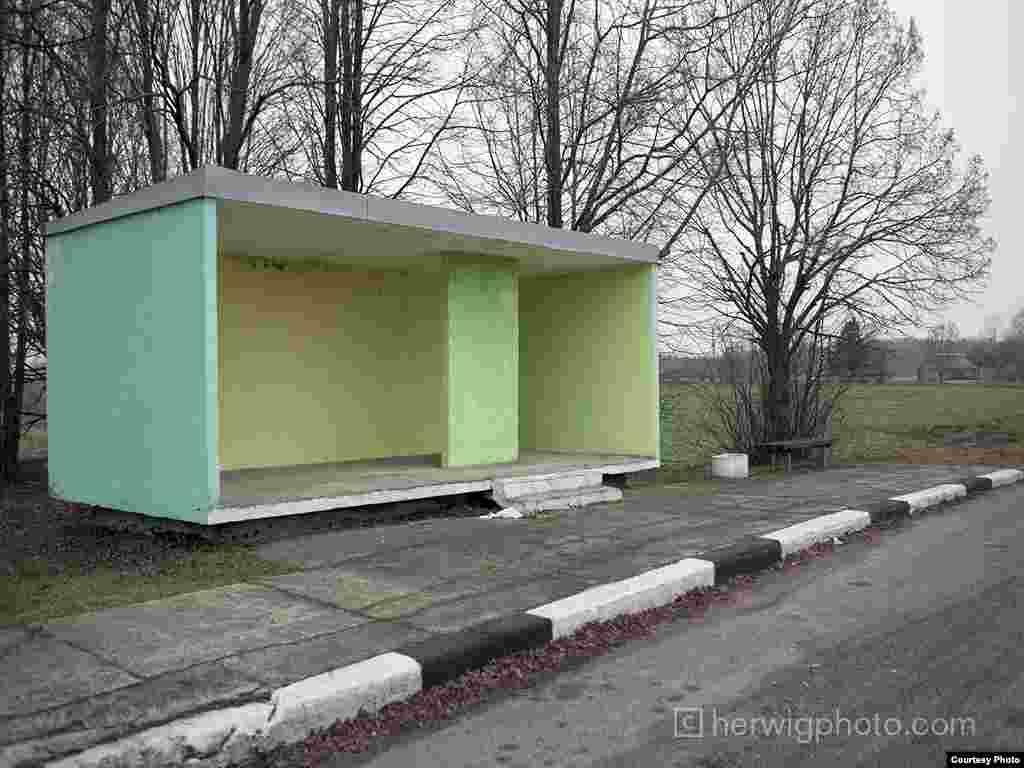 Автобусная остановка недалеко от города Рокишкиса, Литва. Фото Кристофера Хервига.