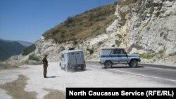 Полицейские автомобили в горах Дагестана.