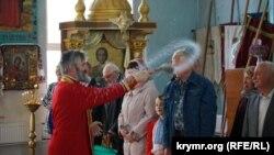 Архієпископ Климент під час пасхального богослужіння в храмі святих рівноапостольних князів Володимира і Ольги Православної церкви України в Сімферополі. 28 квітня 2019 року
