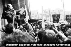 Зянон Пазьняк выступае на «Чарнобыльскім шляху» ў Менску, 1989 год. Фота: Уладзімер Сапагоў