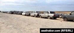 Машины стоят в ряд на казахстанско-туркменской границе. Иллюстративное фото.