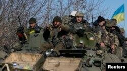 Украин аскерлери Дебальцовонун атрабын таштап кетишүүдө. 18-февраль 2015