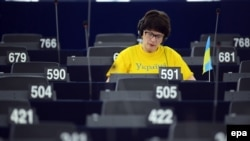 Депутат Сандра Калнієте в Європарламенті, одягнута в українську футболку на знак протесту проти дій Росії в Криму, Страсбург, Франція, 12 березня 2014 року