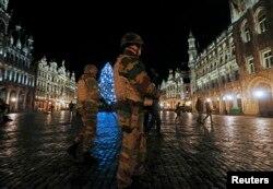 Солдати патрулюють Гран-Плас у Брюсселі. 22 листопада 2015 року