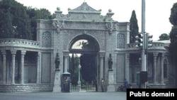 تظاهرات هواداران شاه در روز ۹ اسفند در اینجا رخ داد. در برابر کاخ مرمر.