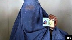 آرشیف، یک خانم در کابل برای شرکت در انتخابات کارت رأی دهی اخذ کرده است. March 31 2014