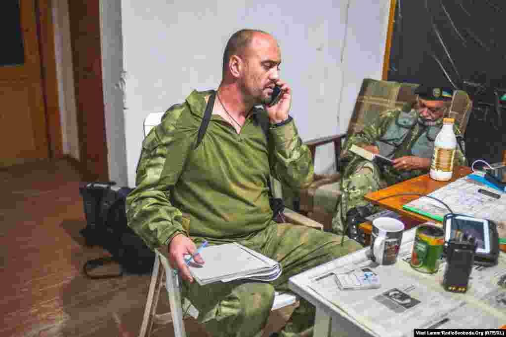 Боєць з позивним «Шут» записує в журнал обстріли по українських позиціях