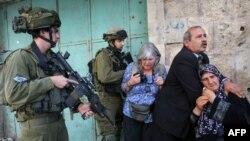 Ізраїльські солдати розганяють демонстрантів під час акції протесту на ізраїльському контрольно-пропускному пункті в місті Хеврон, 14 вересня 2011 року
