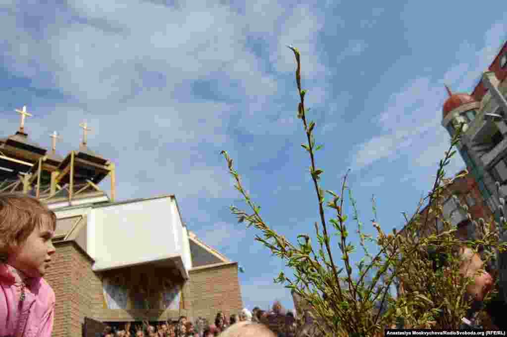 Українські греко-католики святкують Вербну неділю біля храму Василія Великого