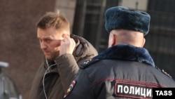 Алексей Навальный у здания Следственного комитета РФ, куда он был вызван для дачи объяснений в рамках проверки Фонда борьбы с коррупцией