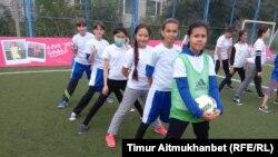 Девочки перед выполнением упражнений на фестивале женского футбола Live Your Goals. Павлодар, 21 сентября 2016 года.