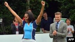 Мишел Обама англиялик футболчи Дэвид Бекҳам билан.
