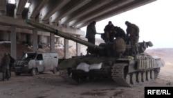 Украинские военные у населённого пункта Пески рядом с Донецким аэропортом