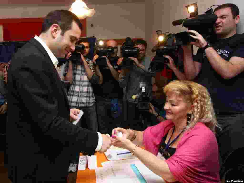თბილისის მერობის კანდიდატი ირაკლი ალასანია საარჩევნო პროცედურებს გადის.