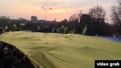 Прапор на мітингу за єдність України у Донецьку, квітень 2014 року