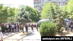 Ռոբերտ Քոչարյանի աջակիցների և ընդդիմախոսների խմբերը դատարանի շենքի դիմաց, Երևան, 14-ը հունիսի, 2019թ․