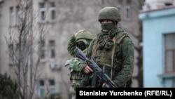Російські військові в Сімферополі на початку анексії Криму, архівне фото