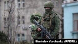 Російські військові на вулицях Сімферополя, березень 2014 року