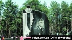 Порожня могила та пам'ятник, які спорудили зниклому 30 років тому Ігореві Бєлокурову в рідному селі на Волині