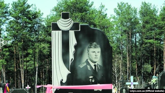 Порожня могила та пам'ятник, які спорудили зниклому 30 років тому Ігорю Бєлокурову в рідному селі на Волині