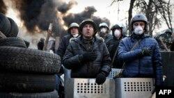 Протестующие на Майдане Незалежности поют украинский гимн. 21 февраля 2014 года.