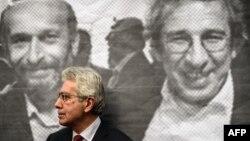 Постер со ликовите на новинарите Џан Дундар и Ердем Ѓул