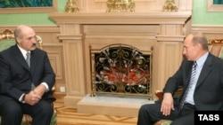Lukashenka (left) with Russian Prime Minister Vladimir Putin in Minsk