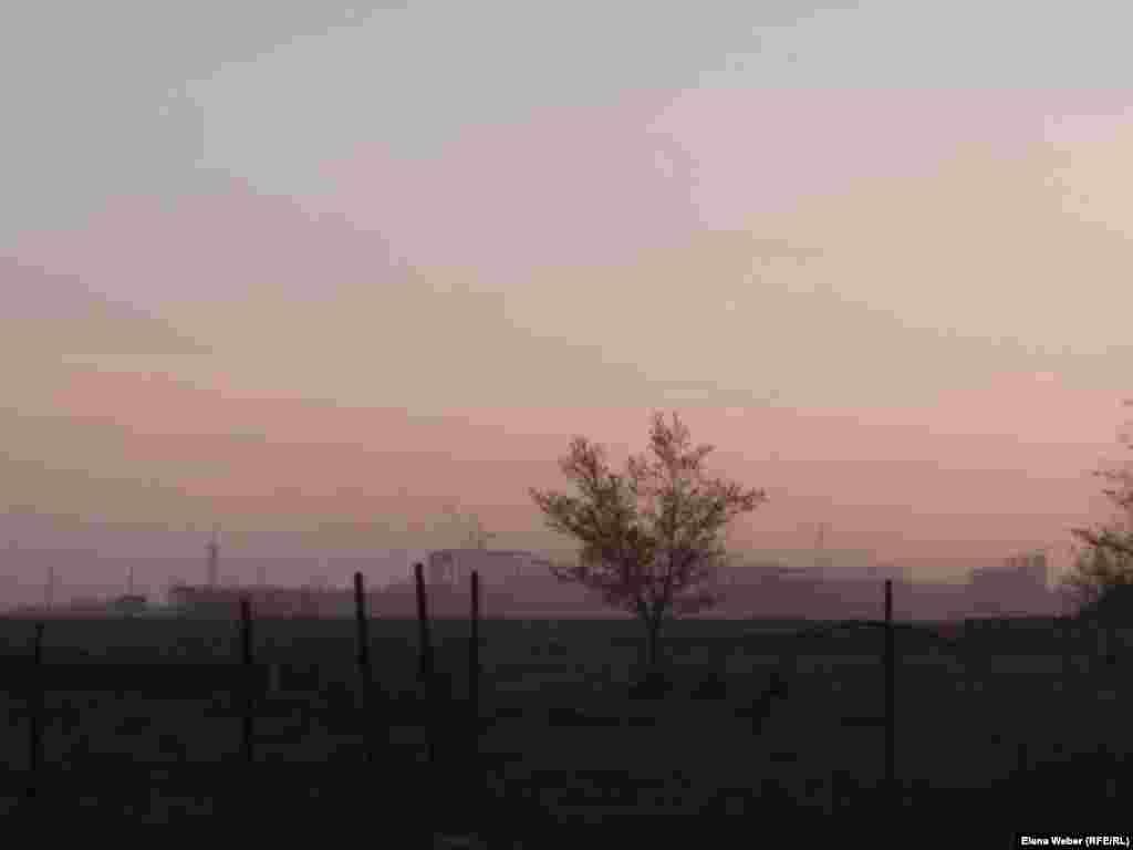 Облако пыли над поселком, которое образуется от работ на карьере. По словам местных жителей, фотография была сделана в мае этого года.