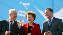 Pe vremea când Vladimir Voronin (stânga) era președintele R. Moldova, Zinaida Grecianîi era prim-ministru și Igor Dodon, vice-prim-ministru