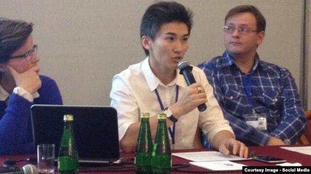 Активистка Жанар Секербаева (в центре) выступает на сайд-ивенте ОБСЕ в Варшаве. 28 сентября 2015 года. Фото с ее страницы в Facebook'e.