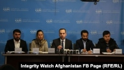 د افغانستان د روڼتیا څار بنسټ غړي په یوه خبري کنفرانس کې.