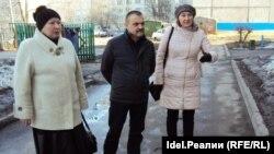 Депутат ЧГСД Валерий Антонов, гражданские активистки Альбина Иванова (слева) и Марина Седова во дворе дома № 5 на Юго-Западном бульваре