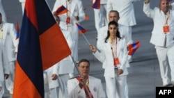 Ալբերտ Ազարյանը առաջնորդում է Հայաստանի պատվիրակությունը Պեկինի Օլիմպիադայի բացման արարողությանը, 8-ը օգոստոսի, 2008թ.