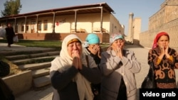 Женщины рядом с кладбищем, где похоронен первый президент Узбекистана Ислам Каримов.