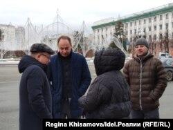 Айрат Нурутдинов (первый слева), Эдуард Хайруллин (второй слева) и вкладчики