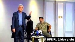 سرژ سرکیسیان (چپ) روز یکشنبه ملاقاتی کوتاه با رهبر مخالفان داشت و با رد تقاضای استعفا، محل ملاقات را ترک کرده بود.