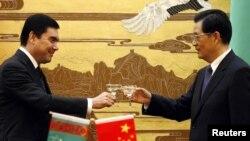 Türkmenistanyň prezidenti Gurbanguly Berdimuhamedow (çepde) we Hytaýyň prezidenti Hu Jintao Pekindäki duşuşykda, 23-nji noýabr, 2011-nji ýyl.
