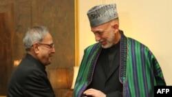 Президент Индии Пранаб Мукерджи (слева) и президент Афганистана Хамид Карзай. Дели, 21 мая 2013 г.