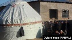 Похороны Ерлана Бектибаева в Сайрамском районе Южно-Казахстанской области. 26 октября 2015 года.