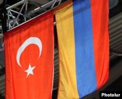 Türkiyə və Ermənistan bayraqları