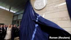 Міністр фінансів США Стівен Мнучин на церемонії відкриття посольства США в Єрусалимі разом із радником Білого дому Іванкою Трамп, 14 травня 2018 року