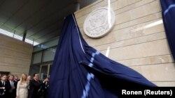 Министр финансов США Стивен Мнучин и Иванка Трамп на церемонии открытия посольства