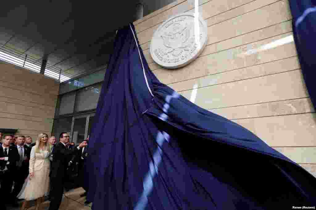 Стив Мнучин и Иванка Трамп открывают американское посольство.