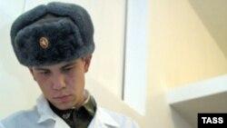В России много лет назад наряду с обязательной введена контрактрая служба в армии
